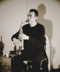 Image of Artur Vidal playing a saxophone